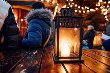 Laterne Mit Kerze Auf Einem Ge...