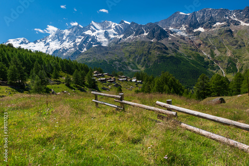 Little Triftalp village with the preserved old wooden farmhouses and majestic Mi Fototapet