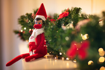 Panel Szklany Tenis Elf on the shelf in mask. Christmas decoration