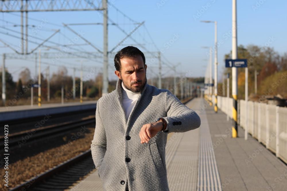 Fototapeta Mężczyzna 40 plus w płaszczu w piękny jesienny dzień.