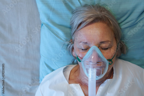 Foto Top view of covid-19 patient with oxygen mask in bed in hospital, coronavirus concept