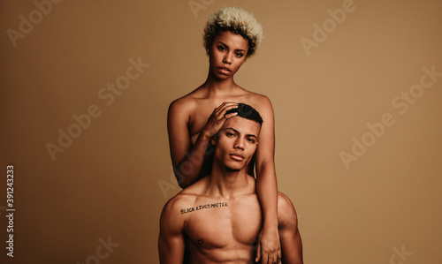 Photo African american couple together on brown background