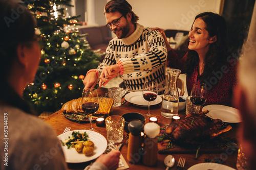 Foto European family having christmas dinner