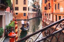 Venetian Gondolier Takes Touri...