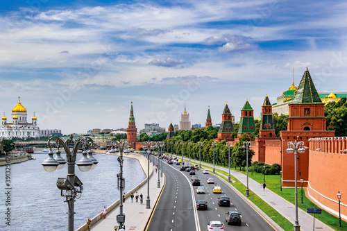 Obraz na plátně Kremlin embankment with a view of the Moscow river and the Cathedral of Christ the Saviour