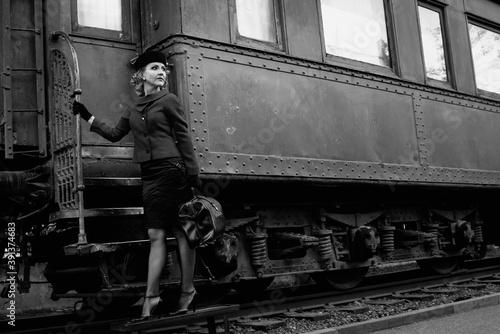 Obraz Retro woman on the train station - fototapety do salonu