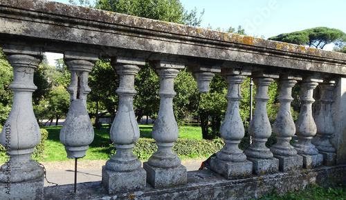 Fotomural Antica balaustra in marmo nel giardino