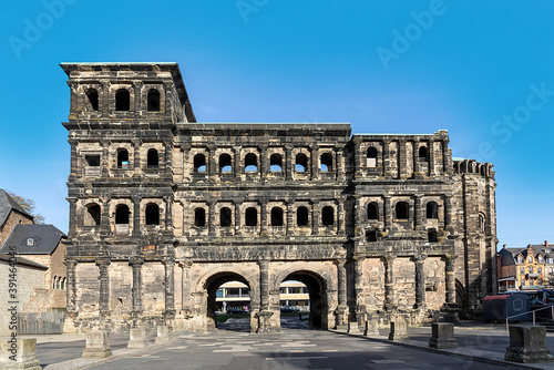 Foto old roman gate porta nigra in Trier, the symbol of the ancient town