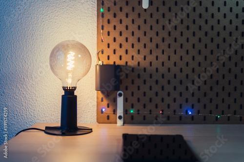 Fotografie, Obraz Escritorio con luces y tablet en la mesa