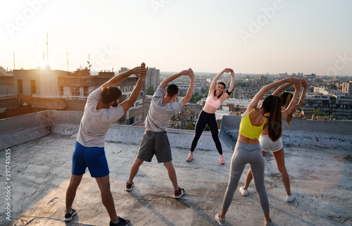 Fotografía Portrait of smiling fit happy people doing power fitness exercise