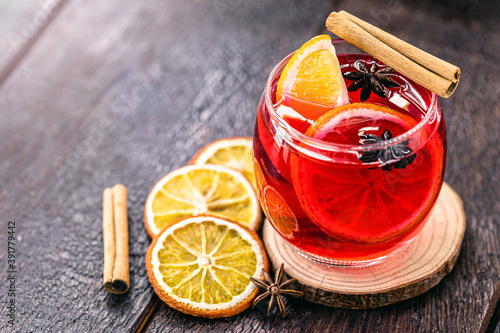 Canvastavla Mulled wine in glass cups with spices and citrus fruits, rustic table in the bac
