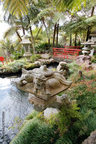 Fotomural Japanese stone lanterns and fish ponds