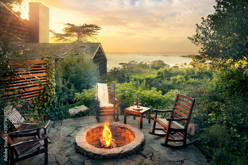 Photo Outdoor fireplace by cabin and ocean