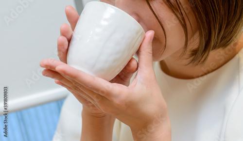 Papel de parede 湯呑みでお茶を飲む若い女性 口元アップ