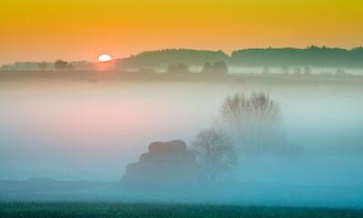 Jesienny mglisty świt Na Polach Warmii - Polska