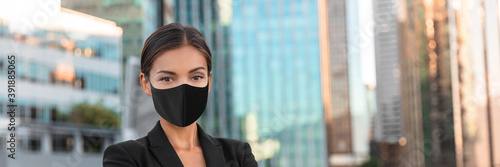 Canvas Print Woman wearing face mask at office work during coronavirus