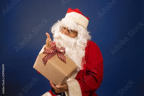 Papa noel con regalo de navidad felices fiestas escondido feliz sorpresa