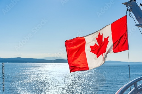 Fotografía canadian flag with Pacific Ocean and islands near Vancouver in the distance