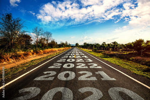 Fotografía 2020-2030 written on highway road in the middle of empty asphalt road and beautiful blue sky