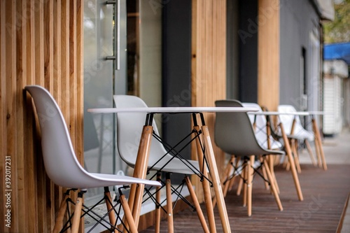 Photo Photo of chairs in front of a restaurant