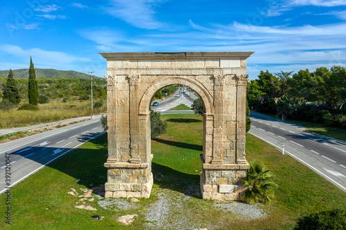 Ancient roman triumphal arch in Bara Spain Fotobehang