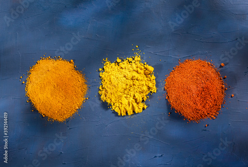 Foto Turmeric, curry and paprika - Heap of spices