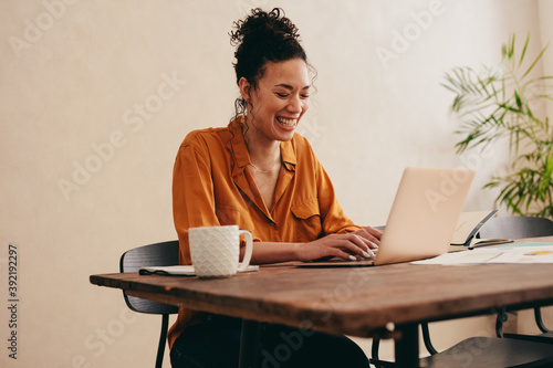 Obraz Woman enjoying working from home - fototapety do salonu