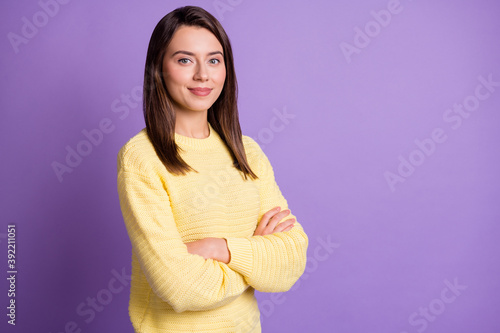 Photo portrait of serious woman with crossed arms isolated on vivid violet colored background