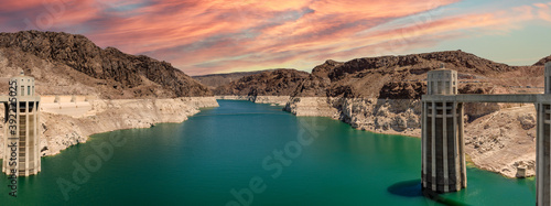 Fotografia Landscape view of the Lake Mead National Recreation Area in the US during sunset