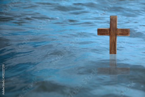 Fotografía Wooden cross in river for religious ritual known as baptism