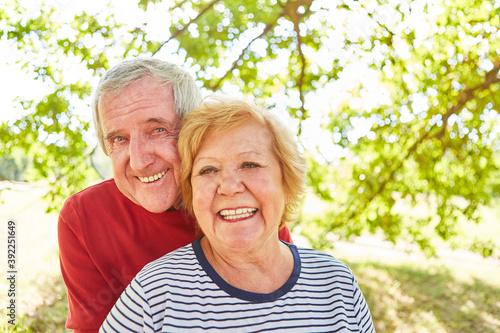 Glücklich verliebtes Senioren Paar im Sommer