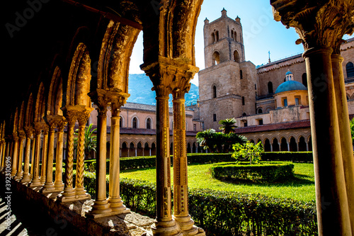Foto Santa Maria Nuova cathedral cloister and south tower, Monreale, Sicily, Italy