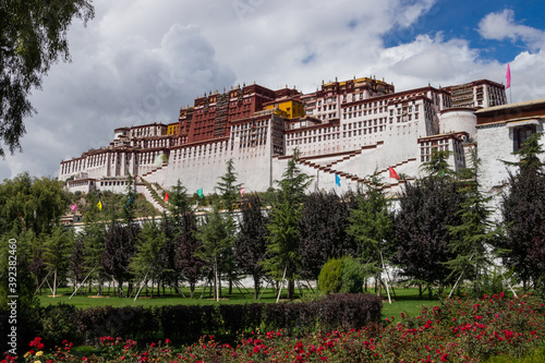 LHA, CHINA - Oct 02, 2016: View of the Potala Palace, Lhasa, Tibet, China Billede på lærred