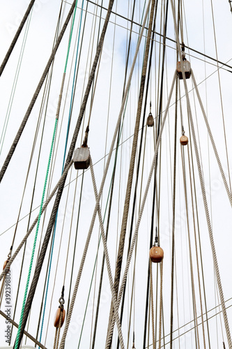Foto Low angle closeup of a mast of a sailing vessel on a sunny day
