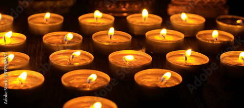 Fotografia Many burning candles with shallow depth of field