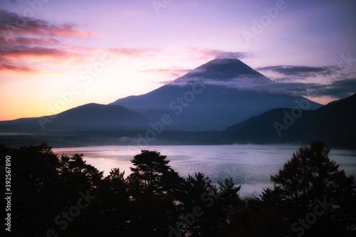 Tablou Canvas 本栖湖畔から眺める夜明け前の富士山