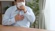 咳をする中年男性