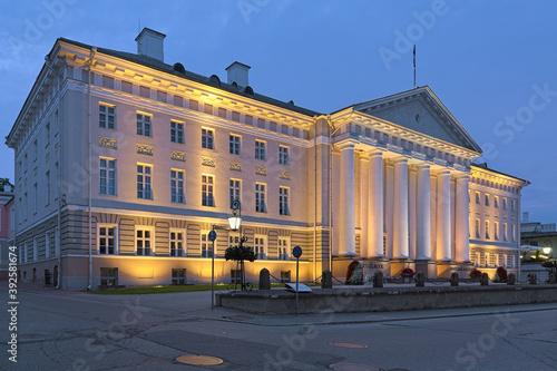Stampa su Tela The main building of Tartu University in twilight, Estonia