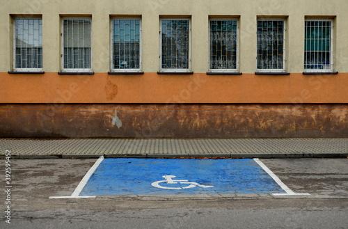 Fototapeta Pusty parking dla niepełnosprawnych obraz