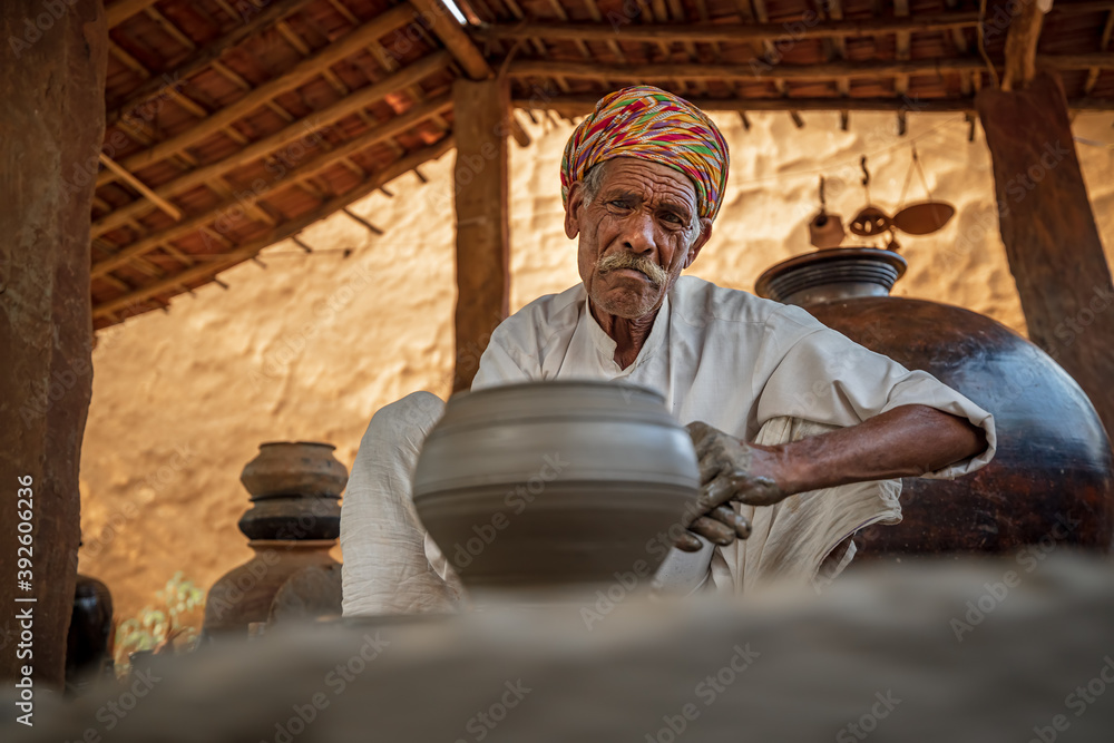 Fototapeta Potter at work makes ceramic dishes. India, Rajasthan.