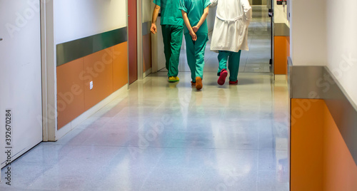 Photo Doctors and nurses in corridor