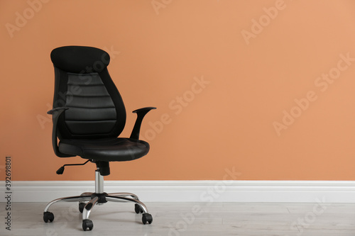 Canvastavla Modern office chair near orange coral wall indoors