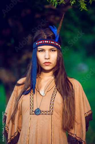 Cuadros en Lienzo Front portrait of a young woman in native indian american boho dress walking in windy sunny day
