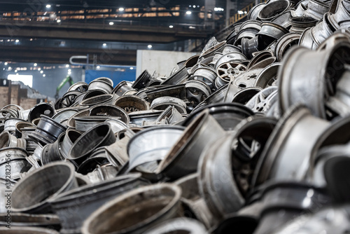 Leinwand Poster metal recycling industry - aluminum rims - pile