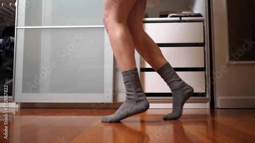 Fotomural Dancing Woman Doing a Moonwalk Move