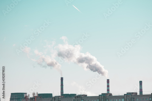 Foto copy space with industrial chimneys with smoke on blue sky background