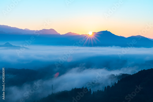 Valokuvatapetti 絶景早朝の国見ケ丘から見る雲海と朝日(宮崎県高千穂町)