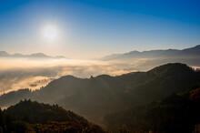 絶景早朝の国見ケ丘から見る雲海と朝日(宮崎県高千穂町)