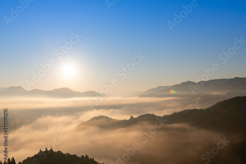 Canvas-taulu 絶景早朝の国見ケ丘から見る雲海と朝日(宮崎県高千穂町)