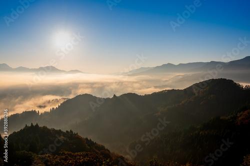 Valokuva 絶景早朝の国見ケ丘から見る雲海と朝日(宮崎県高千穂町)